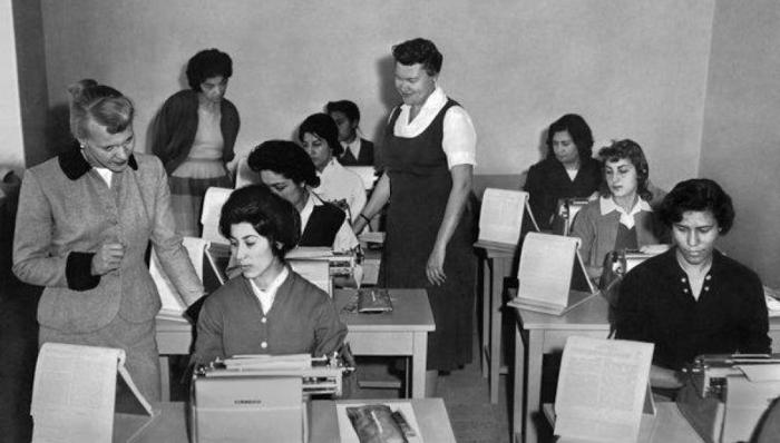Афганские женщины учатся печатать на машинках. Конец 60-х.