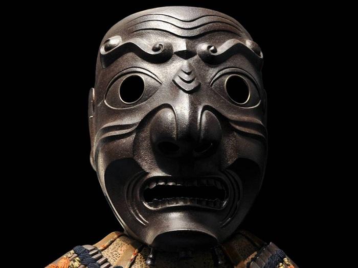 Устрашающая маска самурая.