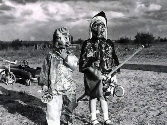Жутковатые детские маски на Хэллоуин начала 20 века.