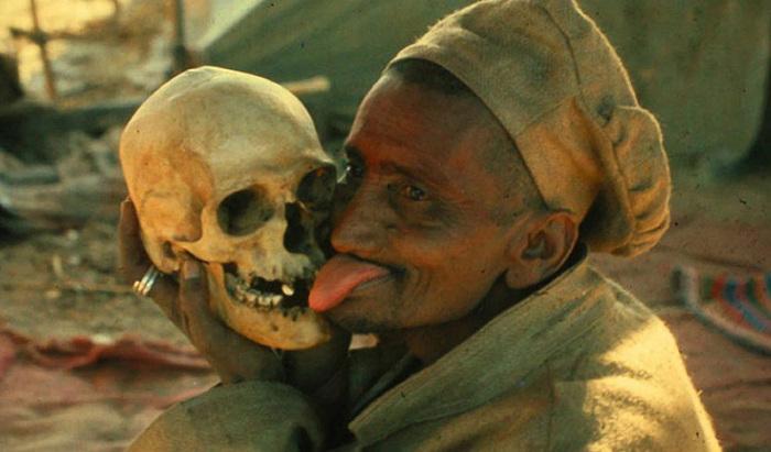 Некрофаги - те, кто едят трупы.