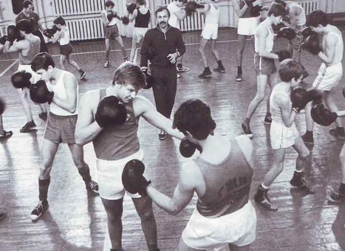 Чтобы быть более уверенными в себе, школьники шли записываться в спортивные секции.
