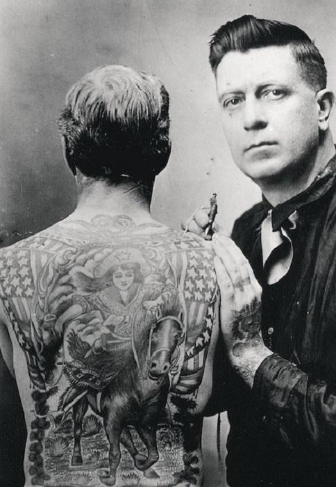 Ретро-снимок мастера тату и его модели.