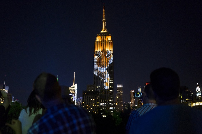 Здание в Нью-Йорке - огромный экран.