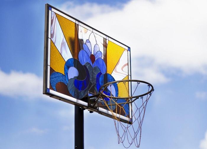 «Literally Balling» - витраж в виде баскетбольного щита.