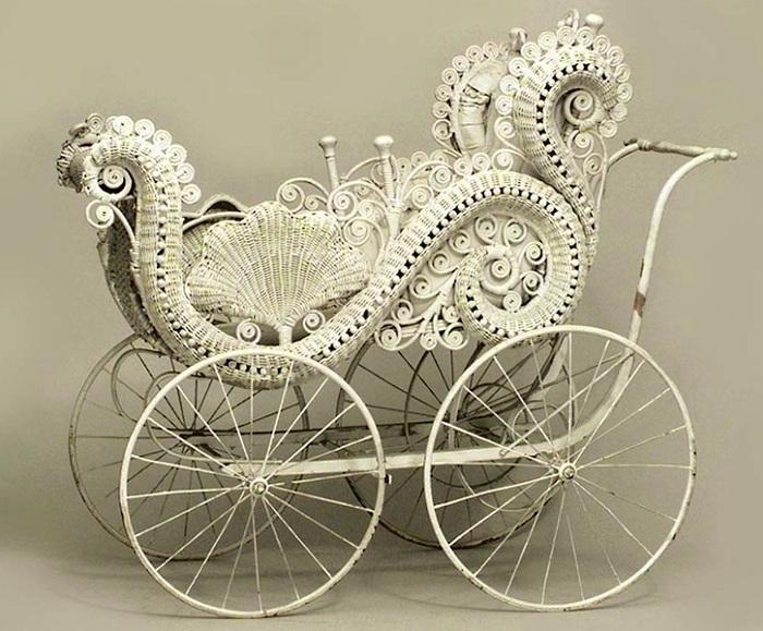 Коляска с плетеной люлькой - популярная модель во второй половине XIX века. | Фото: april-knows.ru.