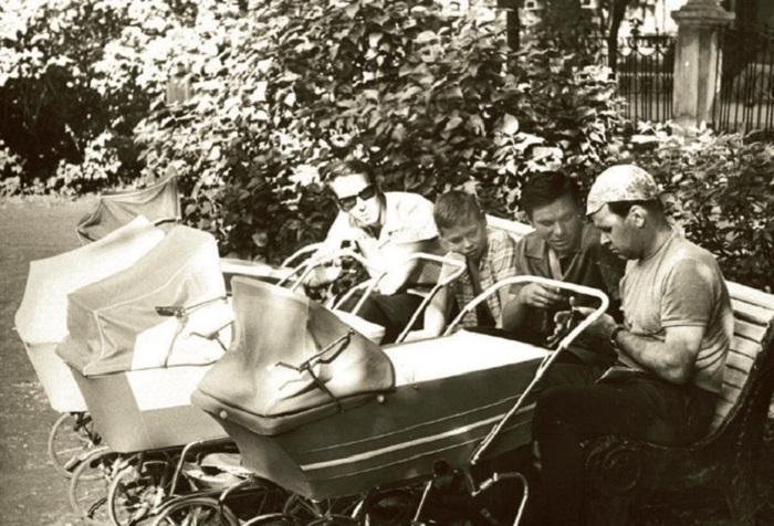 Одинаковые коляски советского периода. | Фото: april-knows.ru.
