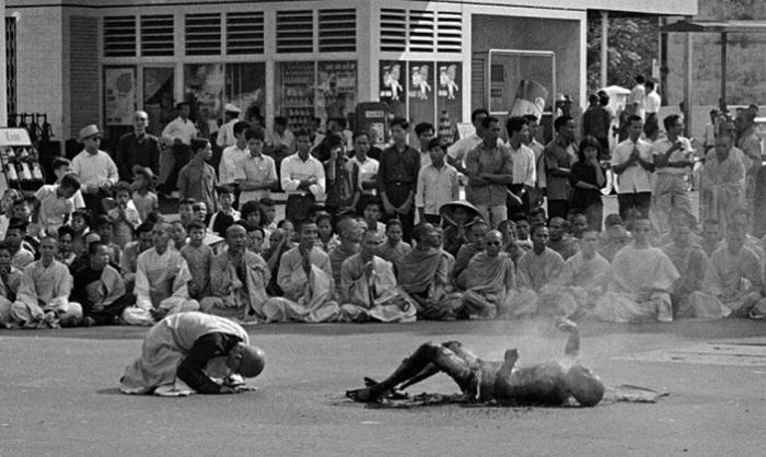 Тело сгоревшего монаха. | Фото: oldpicz.com.