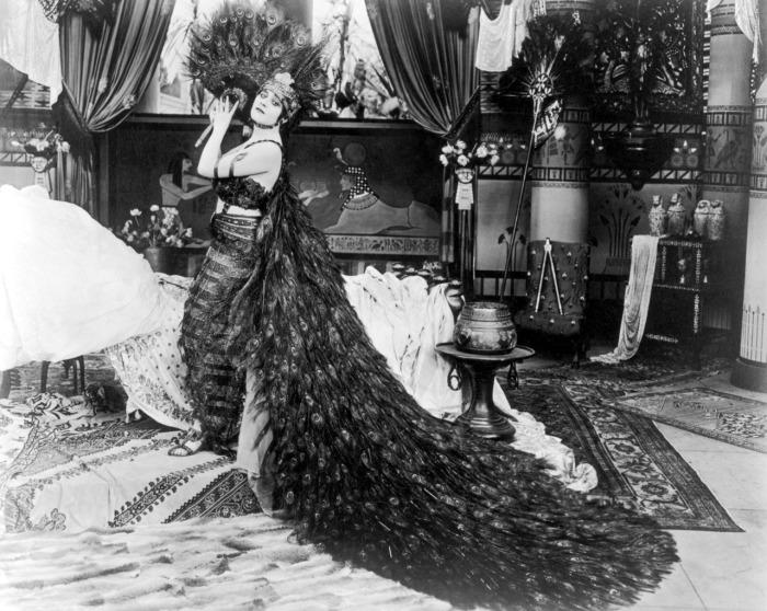 Теда Бара в платье из павлиньих перьев.
