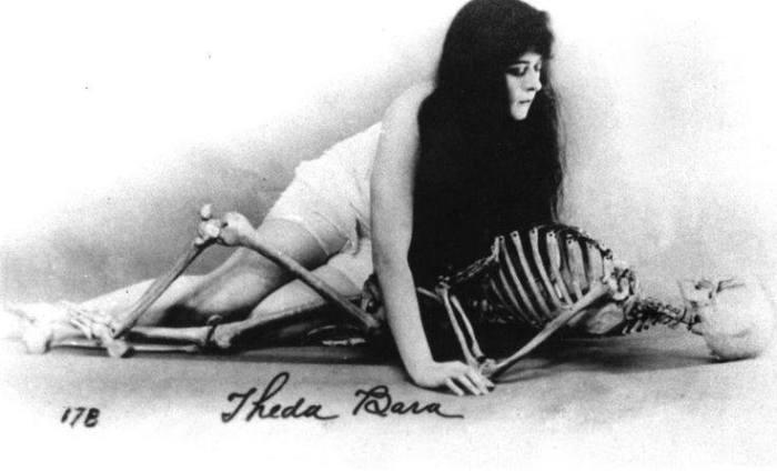Теда Бара со скелетом.