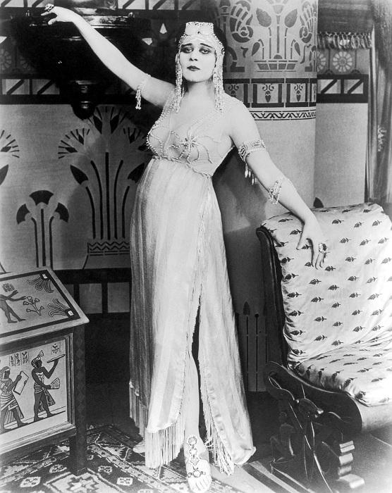 Теда Бара эксплуатировала образ восточной женшины.