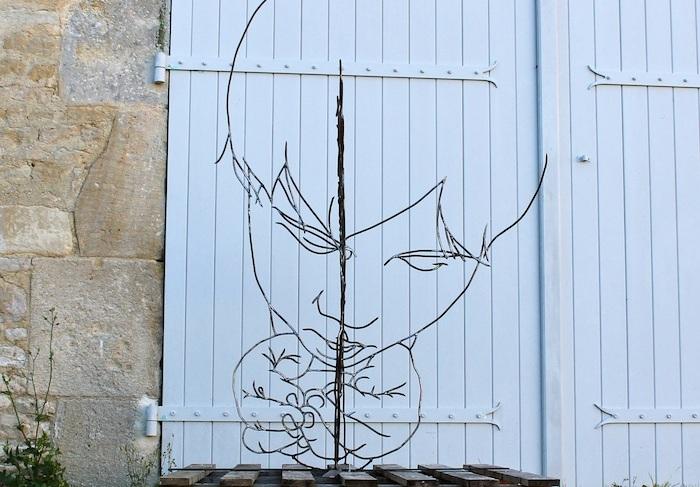 Необычная скульптура, сделанная из проволоки.