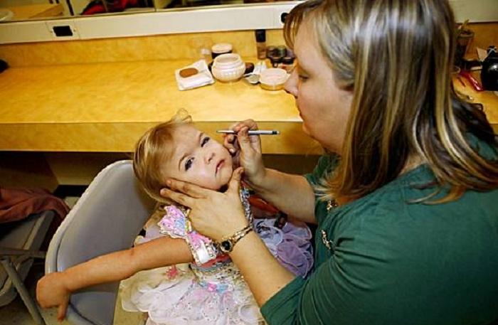 Ради конкурса красоты малышка должна выдержать несколько часов наложения макияжа. | Фото : ashweethabrief2.files.wordpress.com.