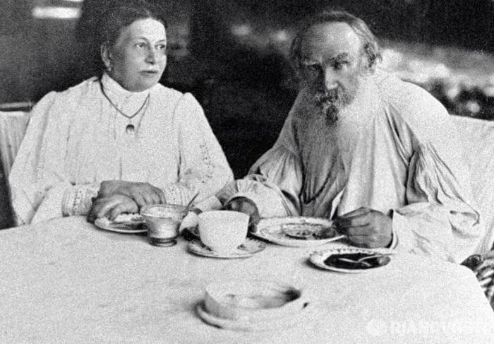 Лев Николаевич Толстой и его супруга Софья Андреевна Толстая. | Фото: writervall.ru.