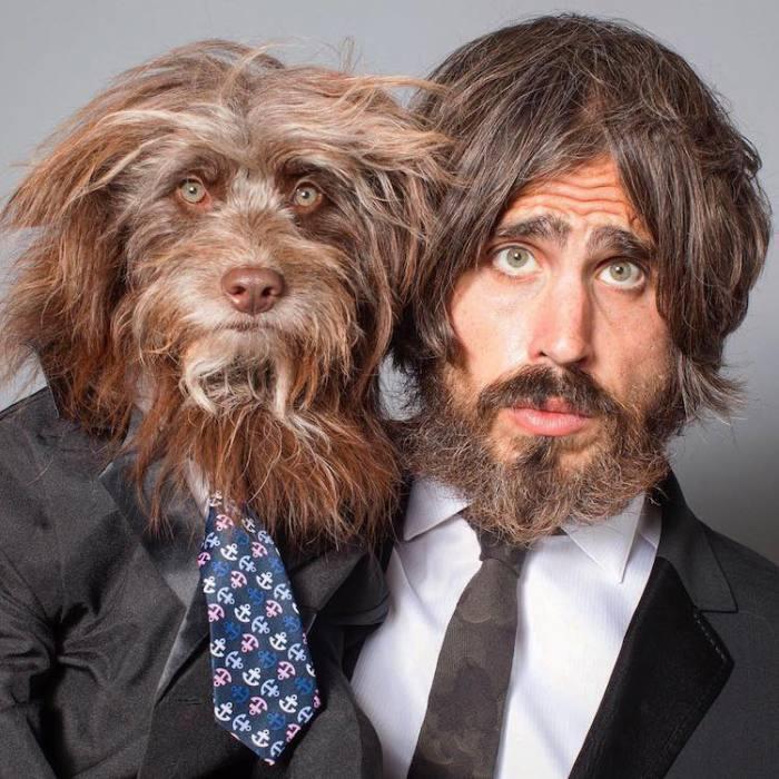 Собака и ее хозяин, одетые в деловом стиле.