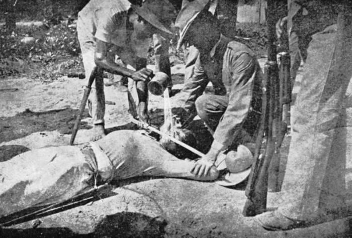 Американские солдаты пытают филиппинца. | Фото: coollib.com.