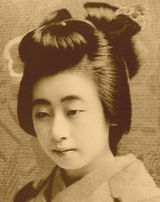 Ученица (майко) с традиционной прической.