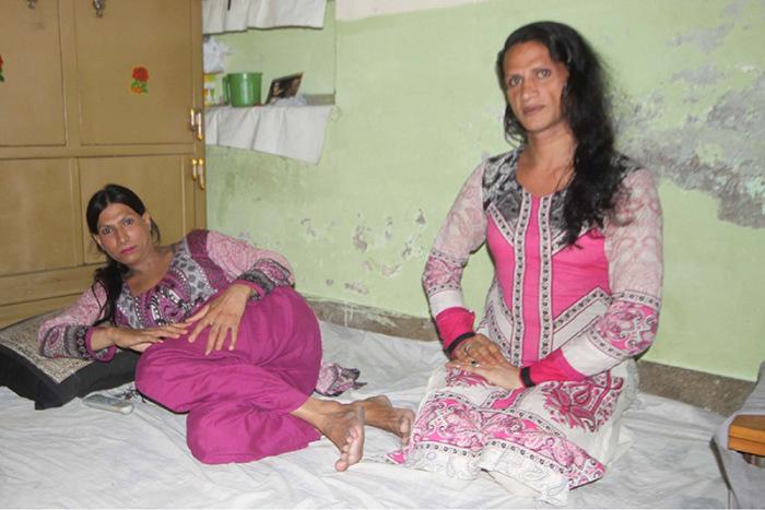 Трансгендеры в Пакистане любят проводить время в кругу «единомышленников». | Фото: religionnews.com.