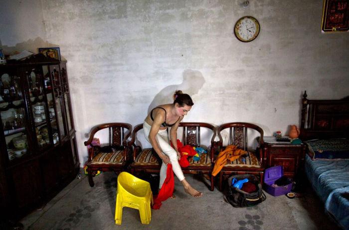 Некоторые мужчины переодеваются в женское платье и танцуют, чтобы заработать деньги. | Фото: moya-planeta.ru.