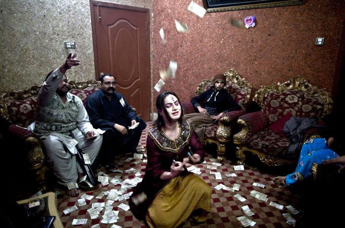 Трансгендеры в Пакистане любят выступления на вечеринках. | Фото: moya-planeta.ru.