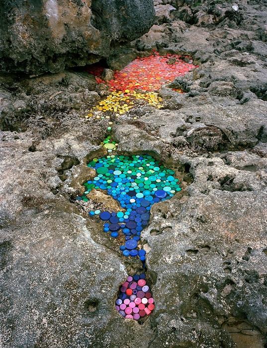 Инсталляция из разноцветного мусора.