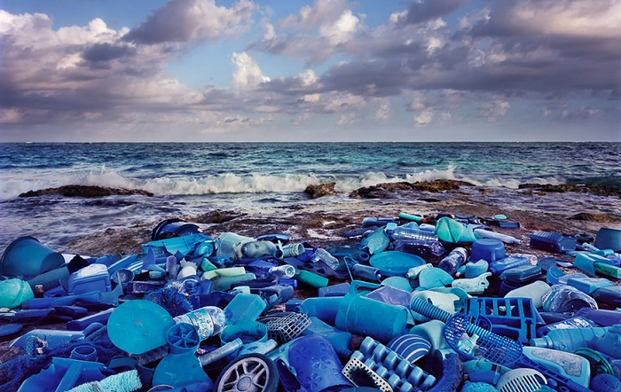 «Выброшенные на берег»: инсталляция из пластикового мусора.