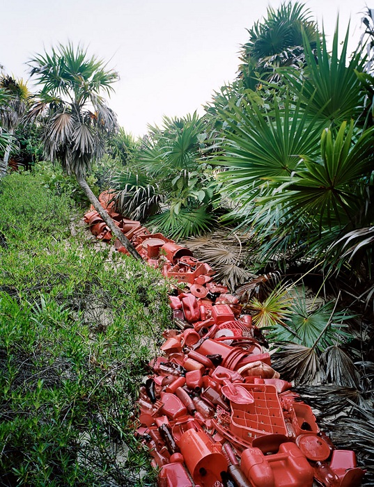 «Река» из пластикового мусора.