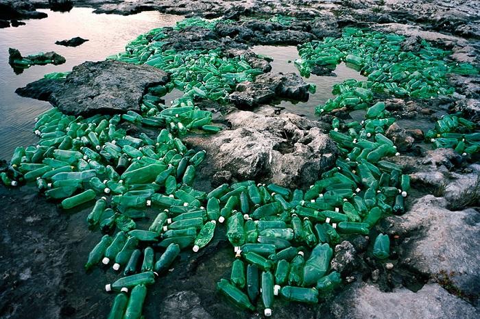 Инсталляция из пластикового мусора.