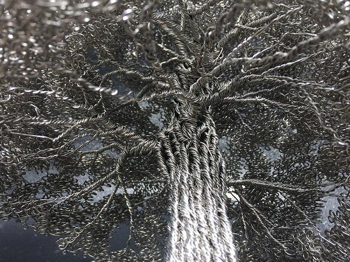На каждое деревце требуется не менее 350 метров проволоки.