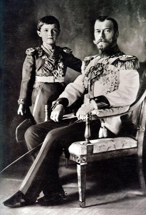 Император Николай II и цесаревич Алексей. | Фото: savepic.net.