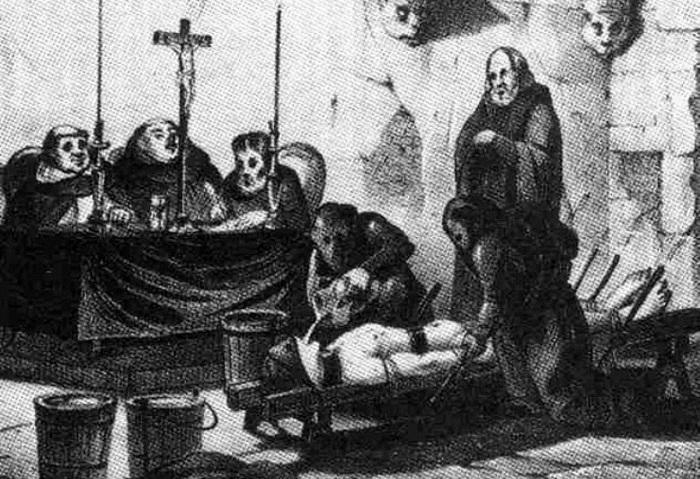 Пытки жертвы перед инквизиторами.