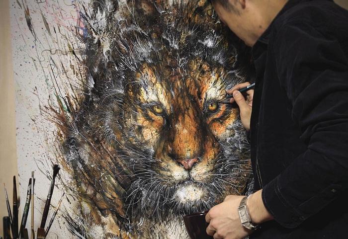 Изображение тигра, нарисованное брызгами красок.