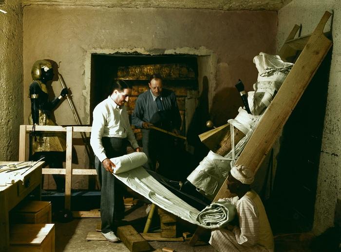 Извлечение артефактов из гробницы Тутанхамона.