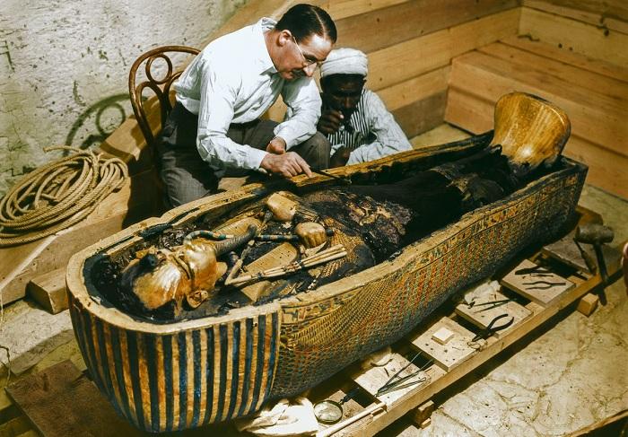 Историческое фото исследования гробницы фараона.