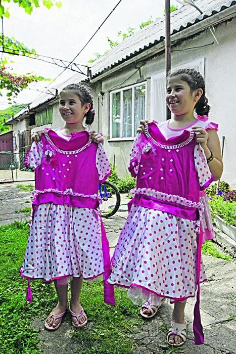 Двойняшки деревни Великая Копаня (Украина). | Фото: vesti-ukr.com.