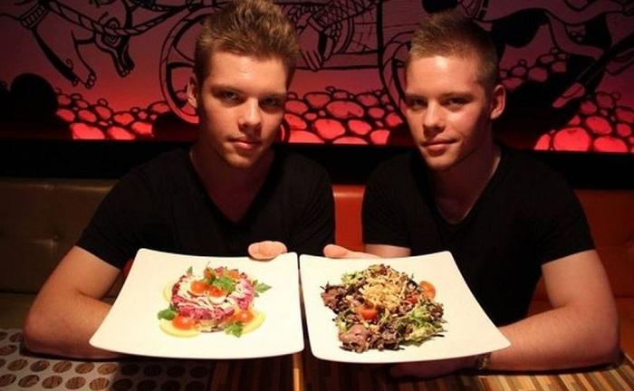 Работники-близнецы ресторана «Twins». | Фото: fishki.net.