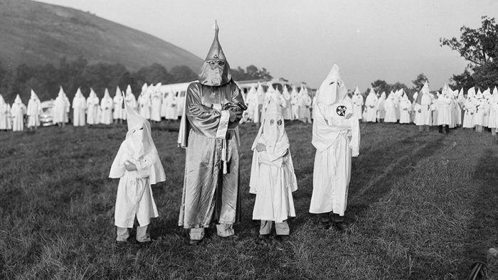 Член Ку-Клукс-Клана со своей семьей.