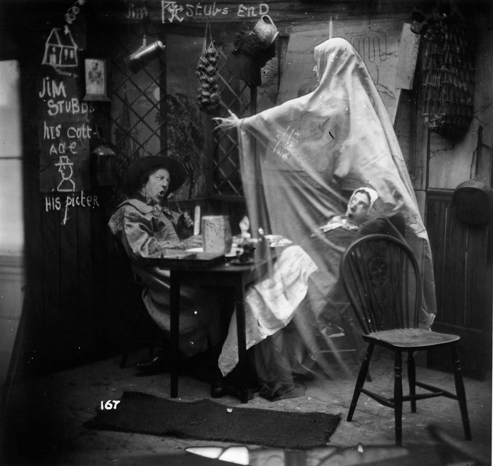 Привидение на фотографии - фотошоп XIX века.   Фото: mashable.com.