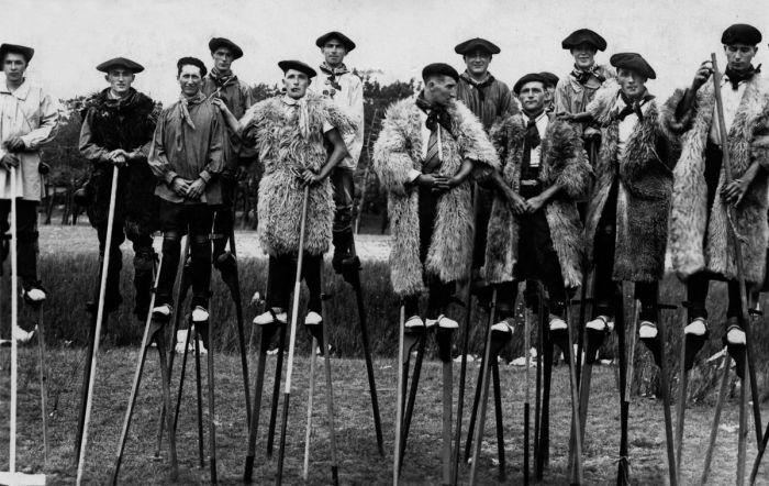 Ландцы - жители юго-запада Франции, перемещавшиеся на ходулях. Ок. 1937 г.