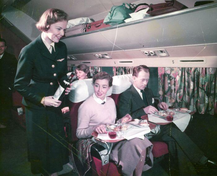 Обслуживание пассажиров Скандинавских авиалиний в 1955 году.