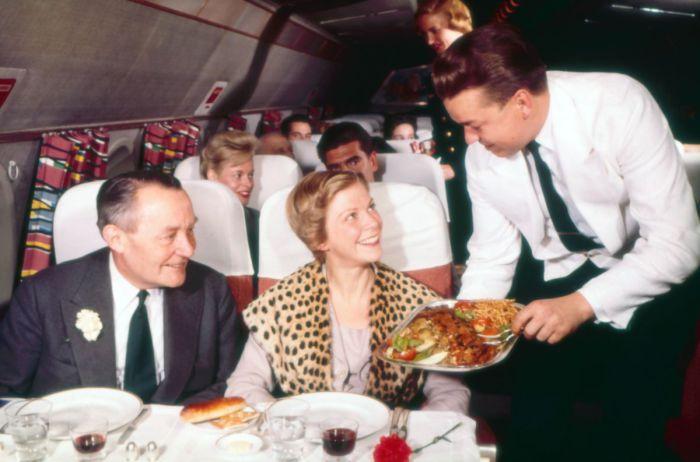 Первоклассное обслуживание пассажиров на борту Scandinavian Airlines в 1950 году.