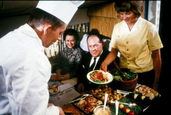 Иногда сам шеф-повар подавал блюда в 1975 году в самолетах Скандинавских авиалиний.