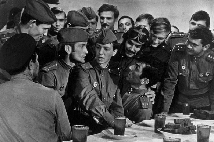 Кадр изк/ф «В бой идут одни «старики» (1974 год).   Фото: aif.ru.