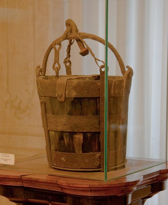 Ведро раздора, послужившее поводом к открытому столкновению между гвельфами и гибеллинами в XIV веке. | Фото: storyfiles.blogspot.com.