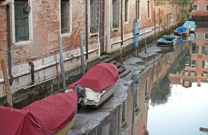 Из-за аномальных отливов в Венеции ушла вся вода.