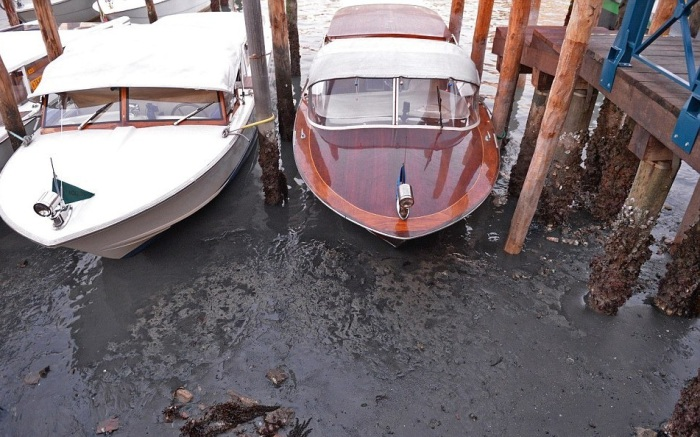 Катера в Венеции погрязли в иле.