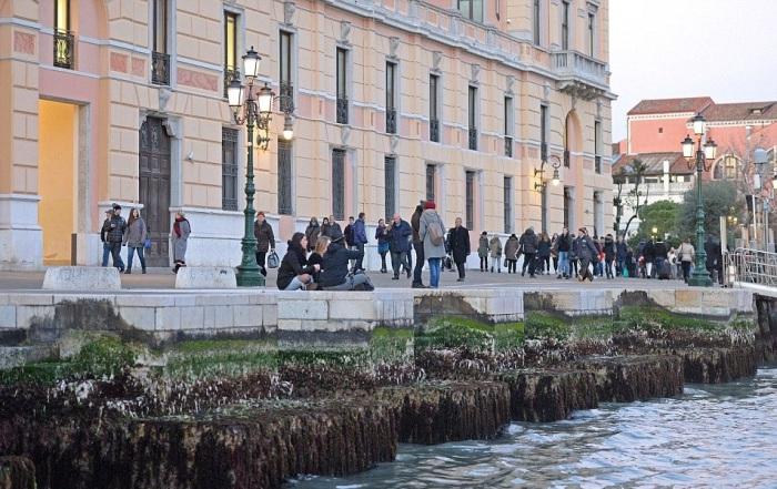 Из-за аномальных отливов туристы лишены прогулок по венецианским каналам.