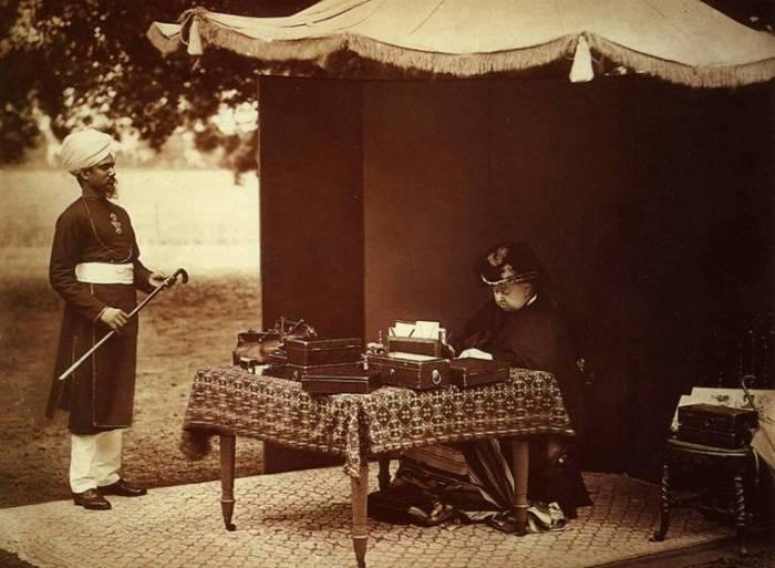 Королева Виктория и ее индийский слуга Абдул Карим, 1893 год. | Фото: en.wikipedia.org.