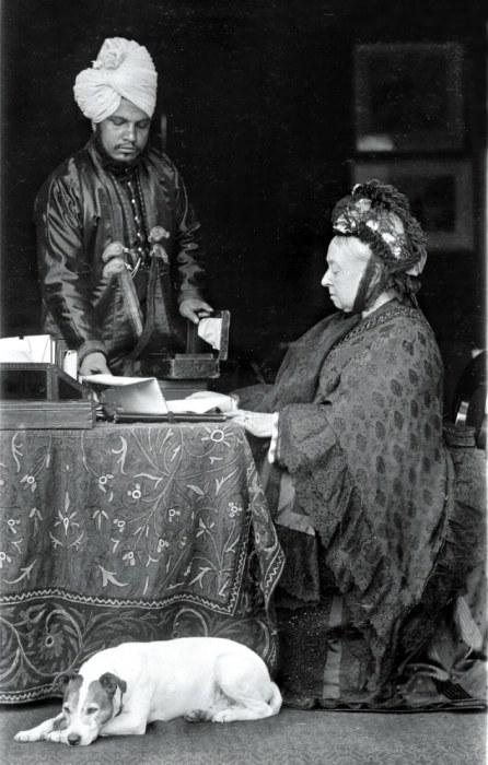 Абдул Карим помогает королеве Виктории, 1885 год. | Фото: dailymail.co.uk.