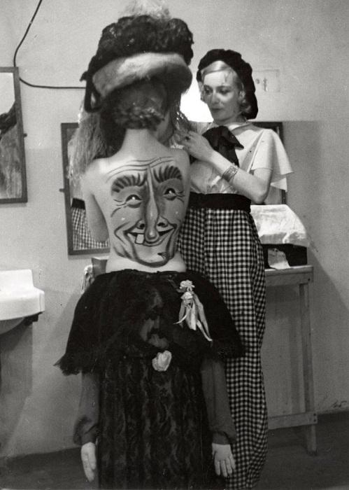 Образ дополняется соответствующим костюмом.