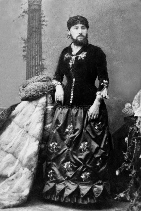 Трансвеститы в женских платьях